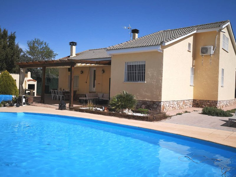 Amazing villa with swimming-pool, alquiler de vacaciones en Carabaña
