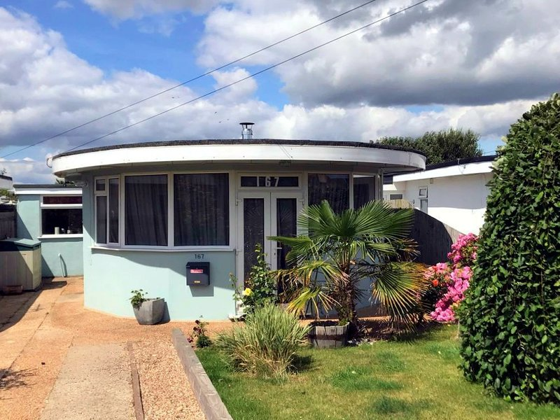 Spacious art-deco Oyster bungalow 120m from beach with parking and garden, holiday rental in Pevensey