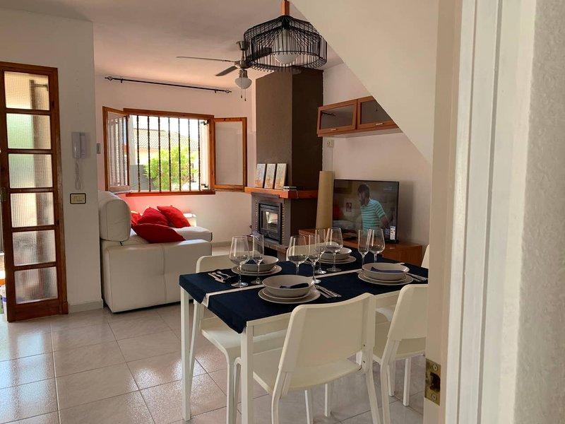 Beautiful house with terrace, casa vacanza a Bonastre