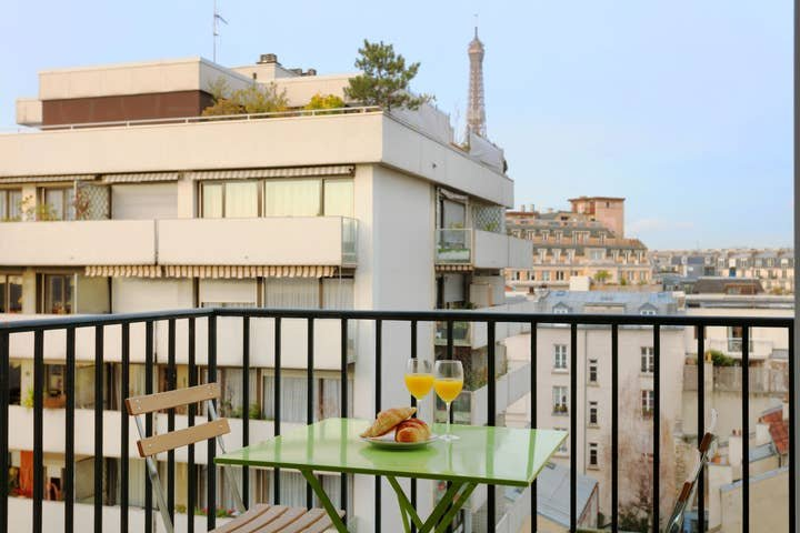 Stylish & Modern 1BR - Eiffel Tower View & Balcony, casa vacanza a Vanves
