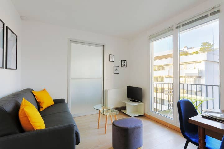 1074. LOVELY 1BR FLAT WITH BALCONY AND EIFFEL TOWER VIEW!, holiday rental in Vanves