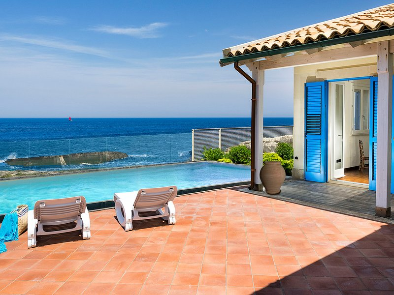 Cozzo Filonero-Balate Villa Sleeps 8 with Pool Air Con and WiFi - 5827866, holiday rental in Augusta