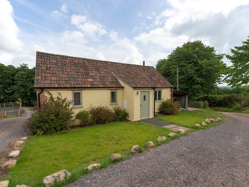 BOYCOMBE BARN, welcoming, pet friendly cottage for two, with rural views and, holiday rental in Awliscombe