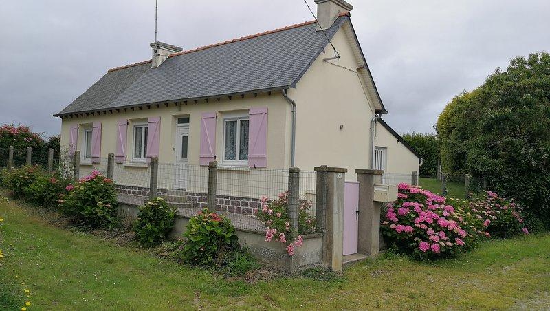 Maison aux Volets Roses, petite maison de campagne pour 2 personnes, holiday rental in Henansal