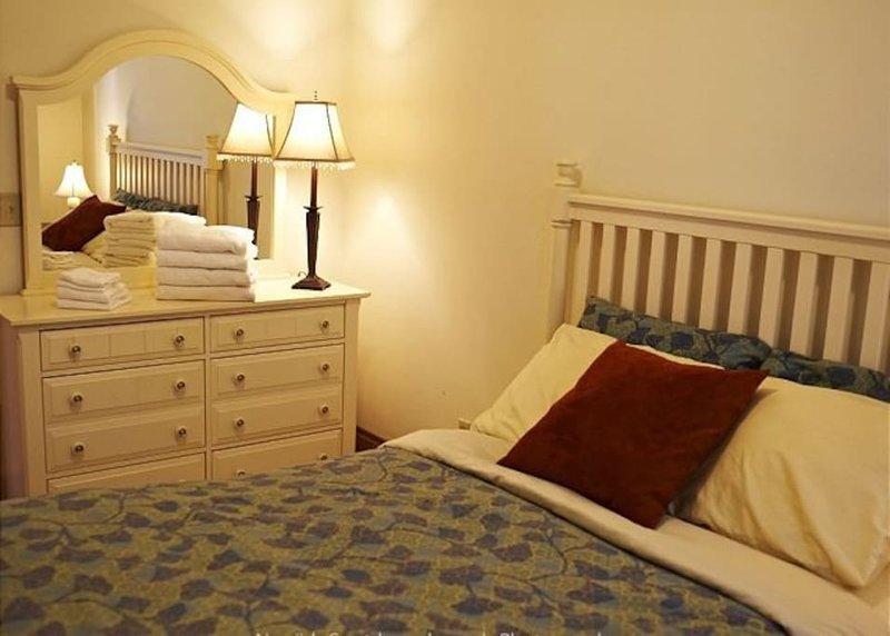 The Roseclair Bedroom 3 Redline   Queen bed in Large Room   Walk to the Redline, vacation rental in Boston