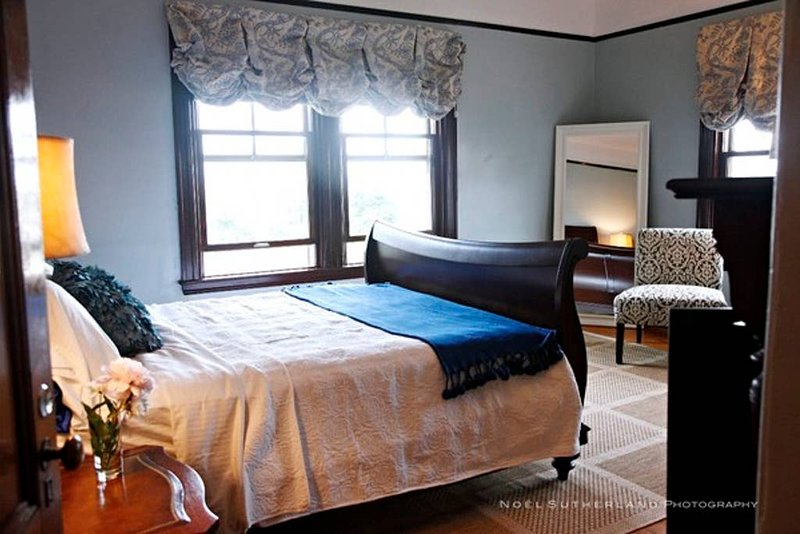 The GV Blue Bedroom Redline | Queen Bed with fabulous views | Walk to Redline fo, vacation rental in Boston