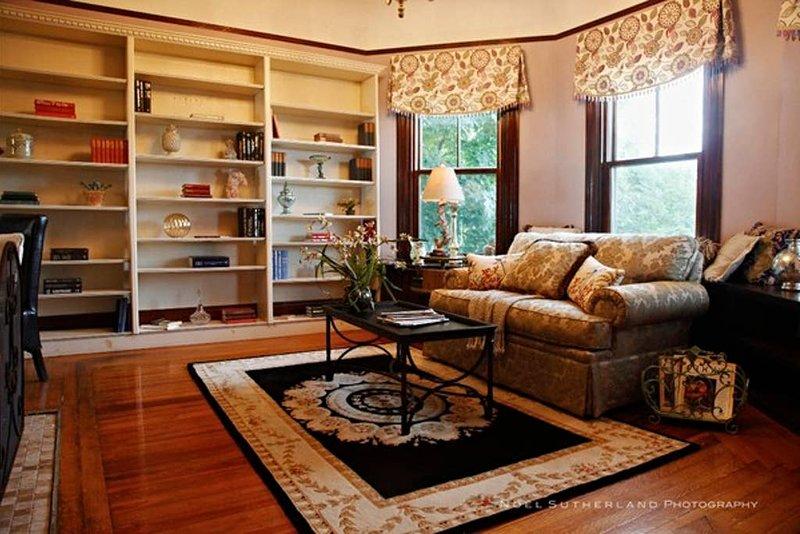 The GV Parlor Bedroom Redline | 1st Floor w/Queen |  Walk to Redline for Mass Ge, vacation rental in Boston