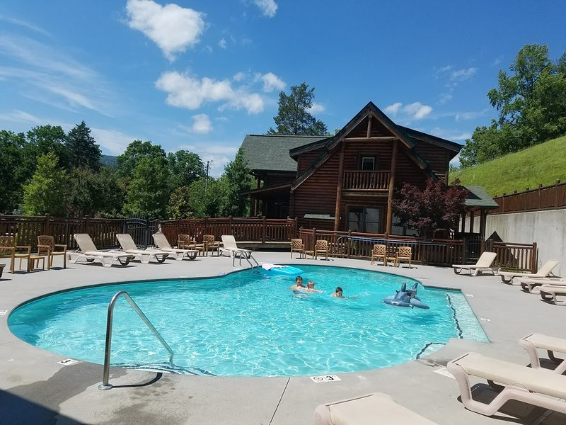 A+Location! 5/4 Lux Cabin wResort Pool! Gameroom/Lg family&Grps Welcome/Sleeps18, vacation rental in Pigeon Forge