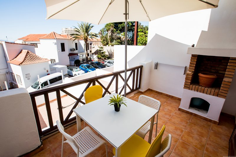 First line central cozy apartment Paraiso Royal LA with WIFI and HEATED pool, holiday rental in Playa de las Americas