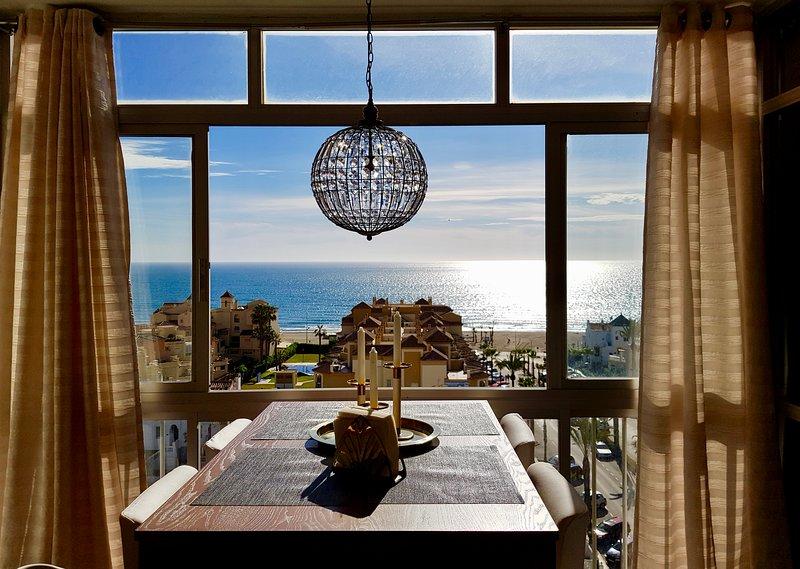Fantastisk utsikt! Bekväm lägenhet. Vid stranden.  Pool, tennis och padelbana., holiday rental in Torrox