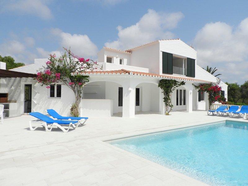 Villa con vistas al mar, 4 habitaciones, WIFI gratis, vacation rental in Binisafua