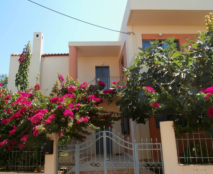 Glaros Home - Large garden, balconies, seaview, close to the beach, vacation rental in Chrissi Akti