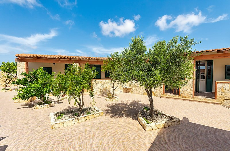 Appartamento Pomelia 2, holiday rental in Grecale