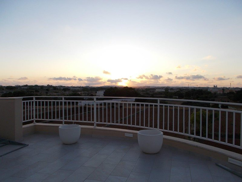 Luxury Penthouse - Close to Airport/AC/Outside Terrace/Views/Sleeps 6, holiday rental in Luqa