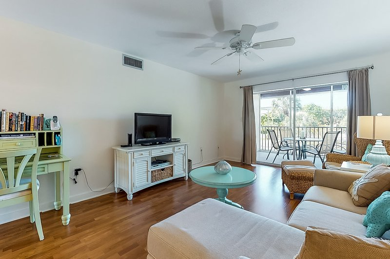 Convenient beachside home with shared pool and great central location, holiday rental in Holmes Beach
