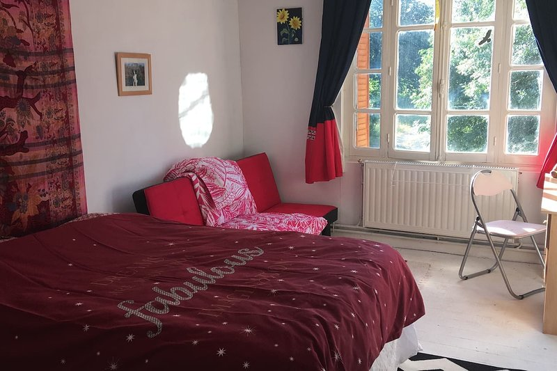 3-Bed Rustic French Cottage. We welcome families., vacation rental in Saint-Germier