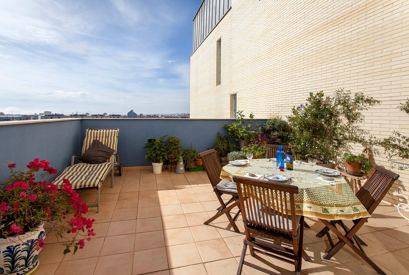 Penthouse with terrace, pool and parking in Valencia, location de vacances à Burjassot