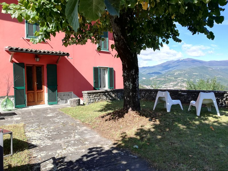 NEW !! Casina Tina, mountain views, hot/cold tub, walk to bar. Authentic Italy!, casa vacanza a Naggio