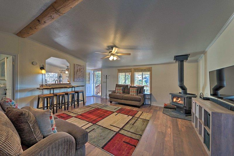 Cozy Home w/ BBQ & Deck - 19 Mi to Ski Apache!, alquiler vacacional en Nogal