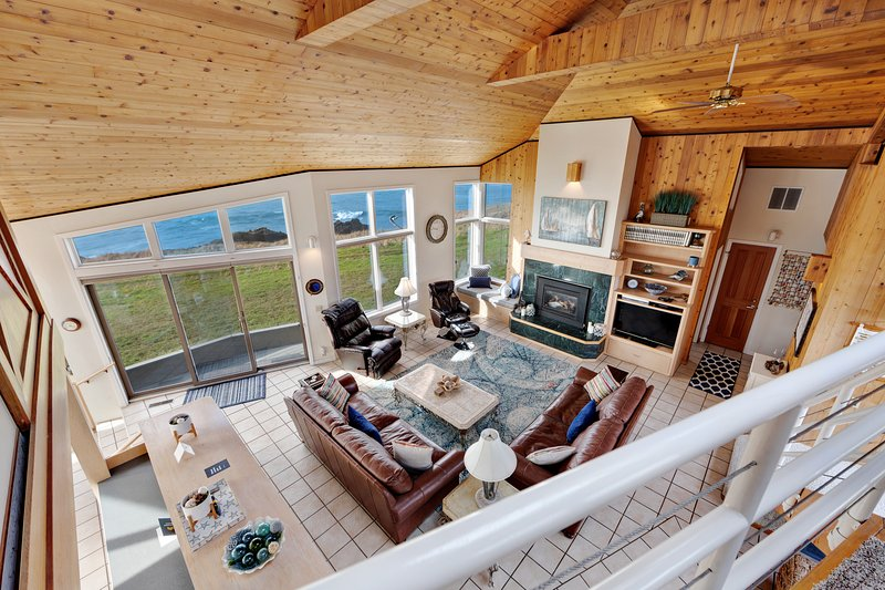 Stunning oceanfront home on the bluffs w/ hot tub & shared pools/tennis!, location de vacances à Coulterville