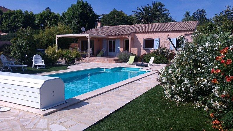 villa privative avec piscine, terrain de pétanque, beau jardin cloturé, holiday rental in Laurens