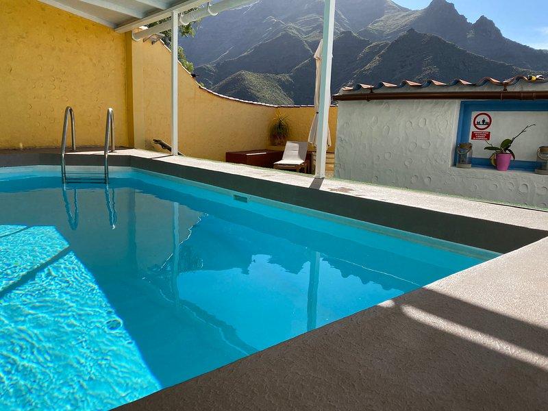 Los Veroles, con piscina de uso exclusivo y climatizada.  Hermosas vistas y wifi, holiday rental in Agaete