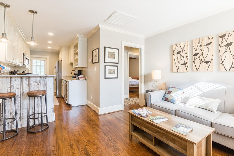 Luxury 2 bed 1 bath property near downtown -The Perfect spot to enjoy a holiday, holiday rental in Marietta