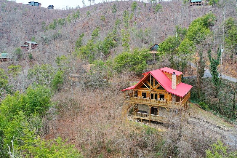 Hillside cabin w/ incredible mountain views, private hot tub & game room!, alquiler de vacaciones en Pigeon Forge