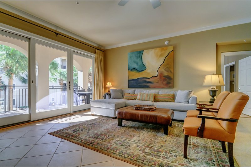 Charming Gulf front condo w/courtyard & partial gulf view - free WiFi!, vacation rental in Blue Mountain Beach