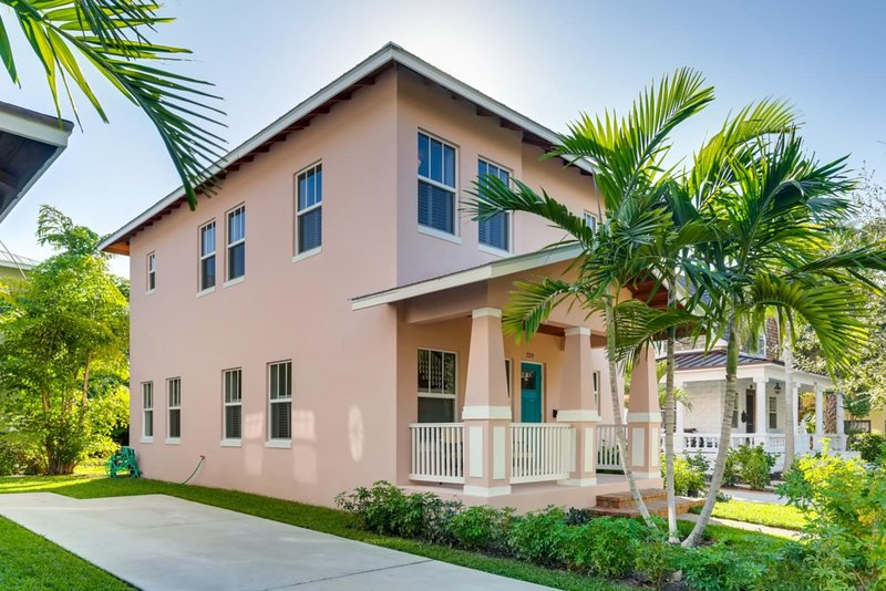 Pink House | Modern 3bd/3ba | Parking & Porch, location de vacances à Palm Beach