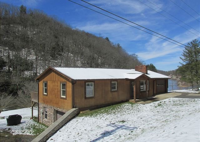 RIVERS EDGE- w/Hot Tub, FIre Pit, WiFi, Gas F/P & Ping Pong. Near Zaloo's!, vacation rental in Laurel Springs