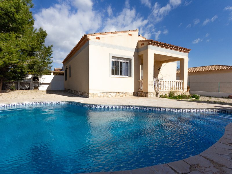 FAMILY PRIVATE VILLA WITH SWIMING-POOL, BBQ AND WIFI_ROVELLÓ, vacation rental in L'Ametlla de Mar