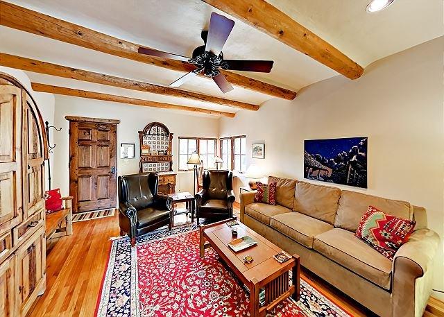 Serene Home with Mountain Views & Dog-Friendly Backyard | Walk to Taos Plaza, location de vacances à Taos