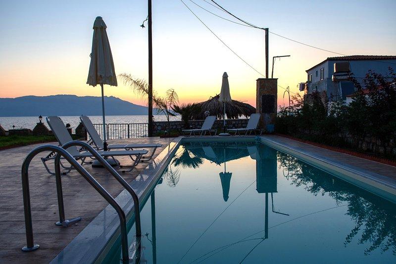 Cozy Apt ON the beach*private pool*amazing seaview, location de vacances à Ravdoucha