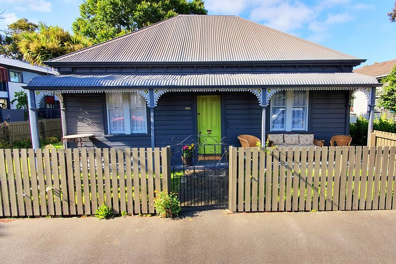 250 Kilmore ~ 3 bdrm, heritage home, playground & garden, vacation rental in Christchurch