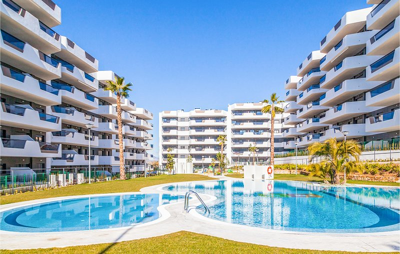 Nice apartment in Los Arenales del Sol with WiFi, Outdoor swimming pool and 2 Be, location de vacances à El Altet