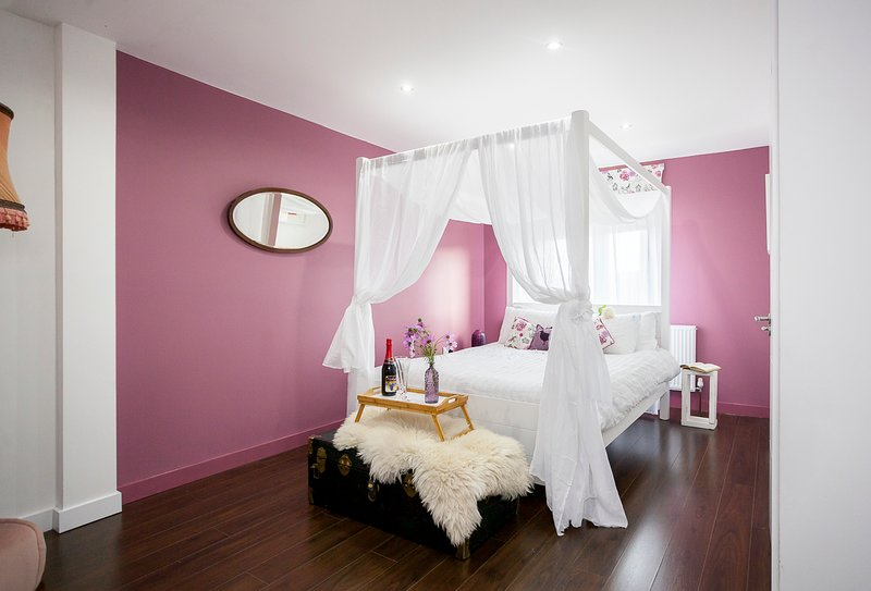 Large 6 bedroom home - sleeps 16 - with air con and FREE BREAKFAST!, holiday rental in Wood Green