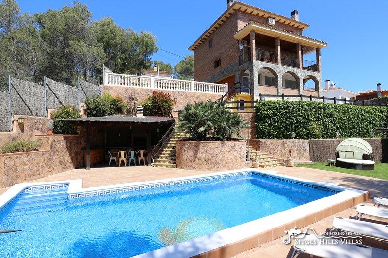 Entertaining Villa Del Cel with private pool and more, location de vacances à Sant Pere Molanta