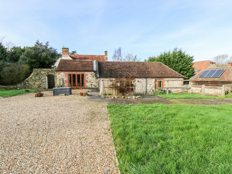 STABLE COTTAGE, stable conversion, en-suite, lawned garden, in Freshwater, Ref, vacation rental in Freshwater