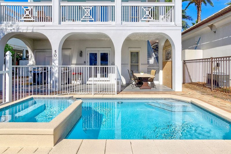 Coconut Castle: Large Frangista Beach Home, Private Pool, Gas Grill, location de vacances à Destin