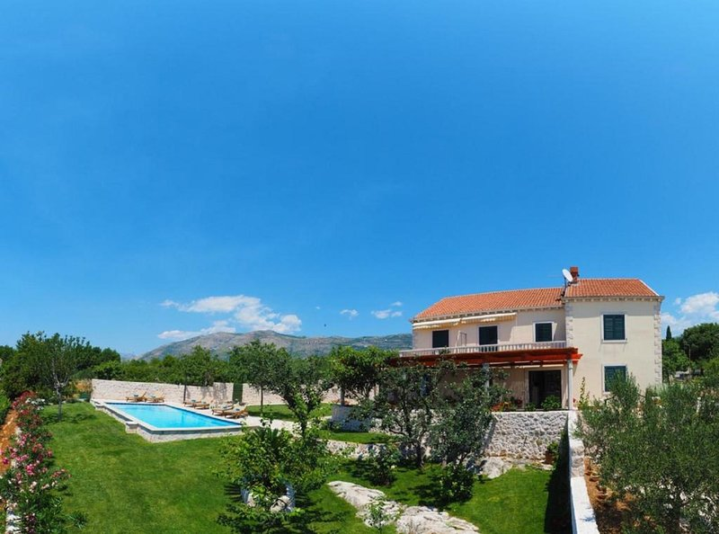 Villa Antonija - Four-Bedroom Villa with Terrace and Private Pool, location de vacances à Mocici