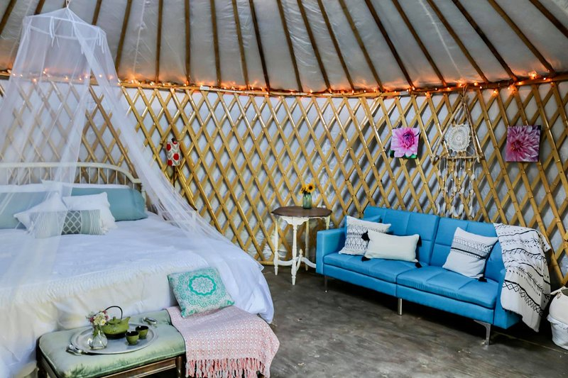 Yorkie Acres Farm Yurt & Farm Experience, vacation rental in Confluence
