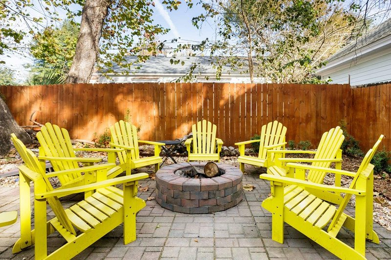 Vibrant Colorful Condo with Backyard Firepit, vacation rental in Thunderbolt