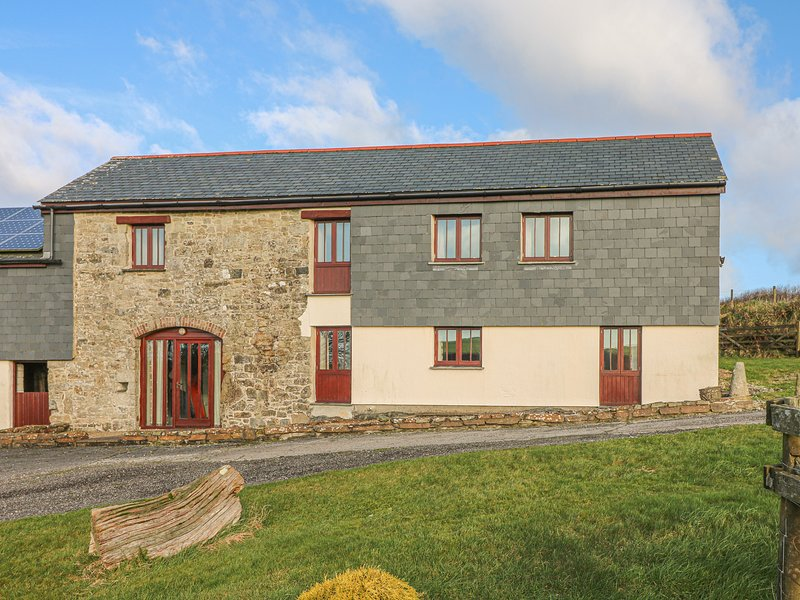 THE ROUND HOUSE, enclosed garden, countryside, near St Columb Major, holiday rental in Withiel