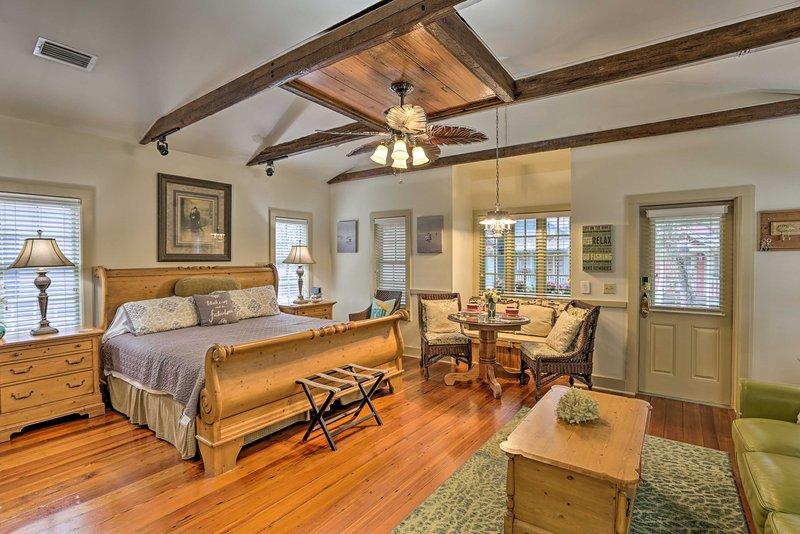 Questo cottage in stile villa vanta comfort e decorazioni eleganti.