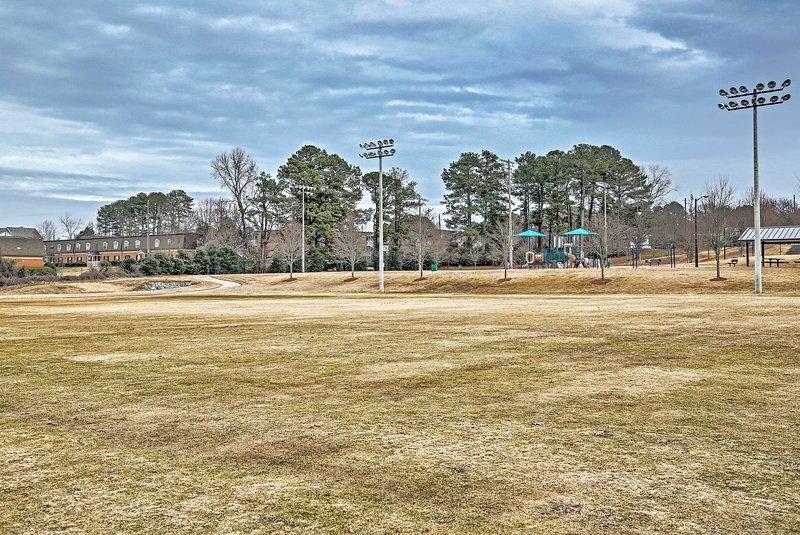 Ein nahe gelegener öffentlicher Park bietet viel Platz zum Laufen und Spielen.