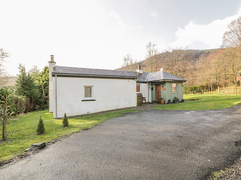 THE SHEILING, woodburning stove, super king size bed, garden with furniture, holiday rental in Stronachlachar