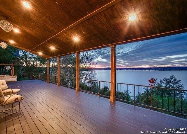 180 degree view of Canyon Lake! Upscale luxury awaits!, location de vacances à Canyon Lake