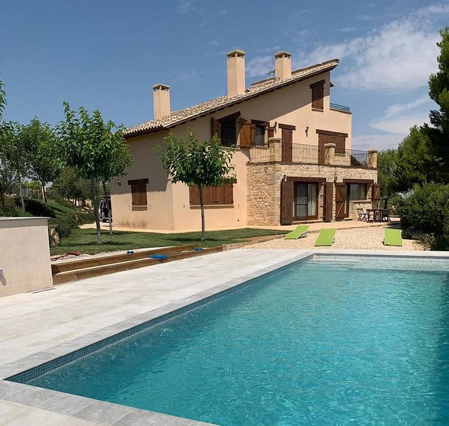 Impresionante casa con piscina y espectaculares vistas, holiday rental in Fabara