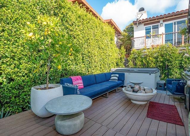 Chic Beach Getaway w/ Hot Tub, Firepit & Balcony – Walk to Shore, location de vacances à San Onofre